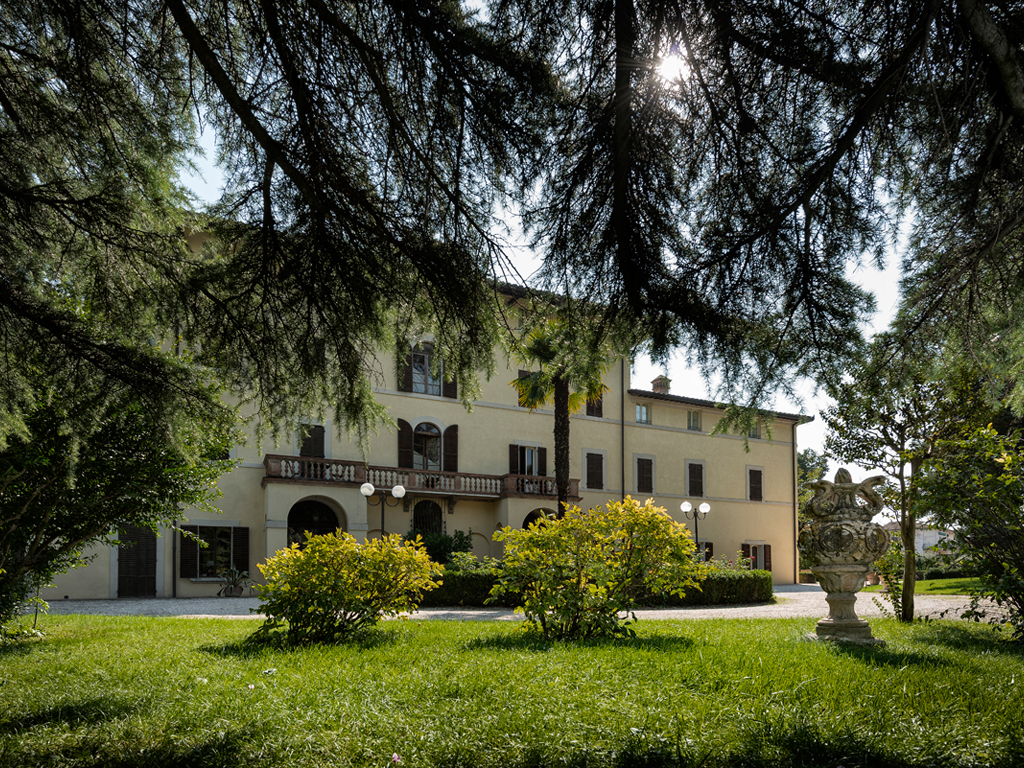 """Hotel Alla Posta dei Donini. The entrance to the villa and the park. Alla Posta dei Donini. An elegant """"Italian garden"""", seventeenth century, welcomes guests. Behind the Villa a """"romantic forest"""", little caves in stone, walkways and bridges that cross a secular holm-oak wood which features an oak with four hundred years."""
