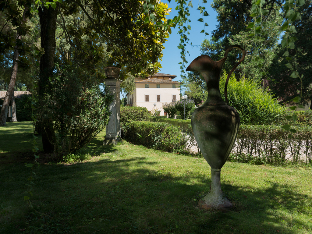 Hotel Alla Posta dei Donini. Eighteenth-century terracotta pots. Alla Posta dei Donini. Opposite the main entrance of the villa are located six vessels, of the eighteenth century, terracotta.