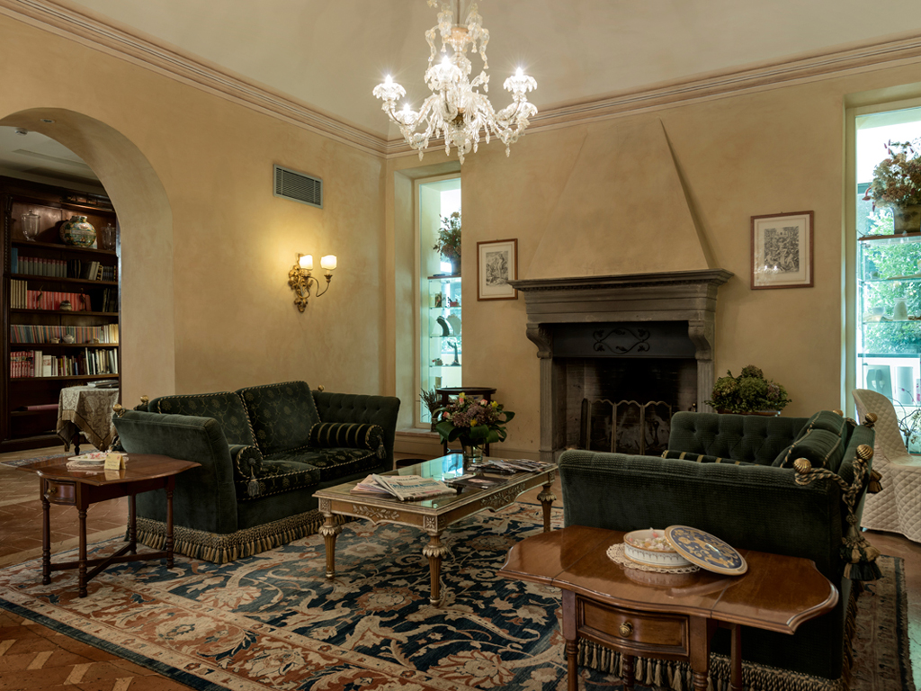 Hotel Alla Posta dei Donini. The lobby. Alla Posta dei Donini. The lobby, in the image, embellished with furniture of the eighteenth and nineteenth centuries, the fine fabric lounges, refined Murano chandeliers, terracotta floors and ceramics of Deruta.