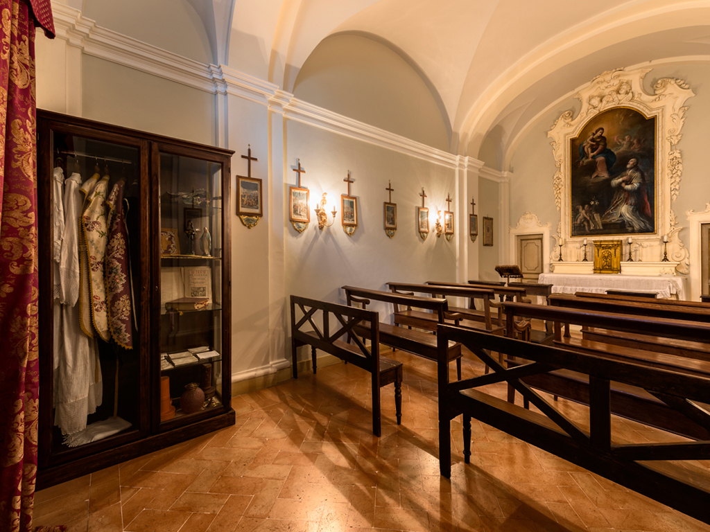 Hotel Alla Posta dei Donini. The eighteenth-century chapel. Alla Posta dei Donini. In the image the eighteenth century chapel. Inside the church is a magnificent altarpiece, oil on canvas, representing St. Philip Blacks and the Madonna, painted by the school of Francesco Appiani.