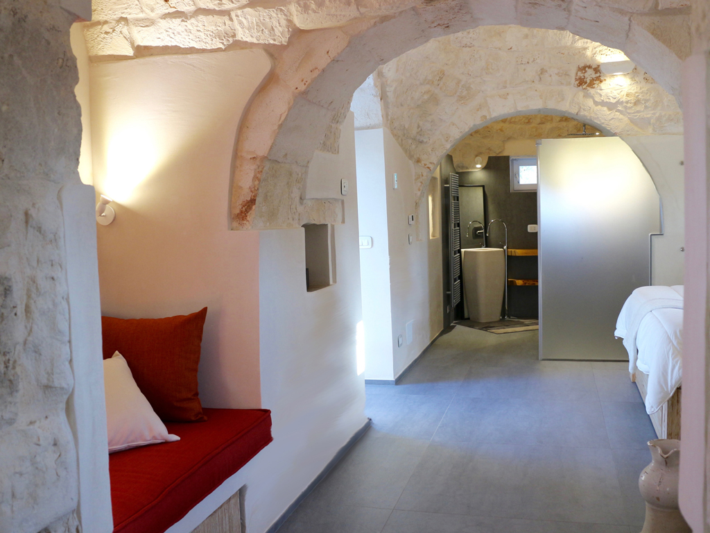 Relais Villa Aieni. Istria. San Vito dei Normanni. An image of the corridor, always in the old part of the structure, from which you access the master bedroom.